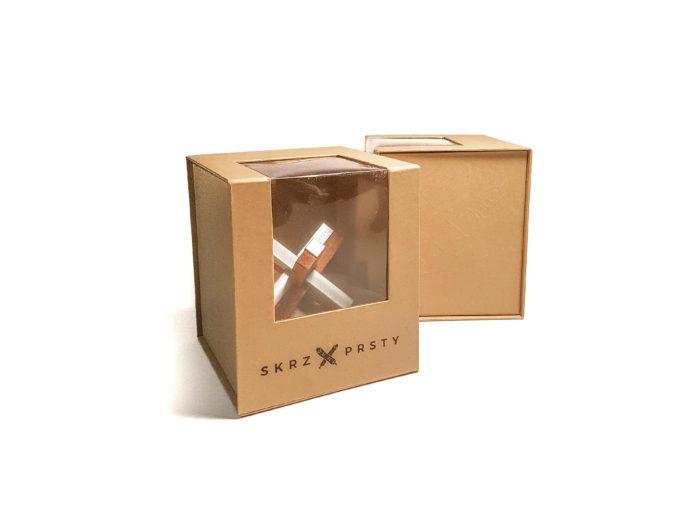 Výroba dárkových krabiček na míru s okénkem, magnetickým víkem a látkou uvnitř.
