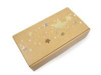 Vánoční dárková krabice na víno, vyrobená za mikrovlny. Uvnitř je krabice černá a navenek má zlatavou barvu s vánočním motivem. Na víku je lesklý vánoční motiv a na zadní straně krabice je tentýž motiv již bez lesku.