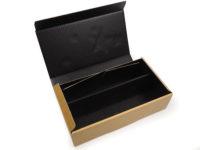Vánoční dárková krabice na víno, vyrobená z mikrovlny. Uvnitř je krabice černá a navenek má zlatavou barvu s vánočním motivem. Na víku je lesklý vánoční motiv a na zadní straně krabice je tentýž motiv již bez lesku.
