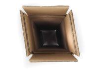 Bezpečnostní krabice pro export lahví, která díky své konstrukci zajistí, aby byla láhev při odesílání co nejvíce chráněná a zabránila, tak jejímu poškození. Krabice je uvnitř vyztužená speciálním papírem, který láhev chrání před nárazem a uvnitř jsou speciální zobáčky, které láhev zafixují před jejím pohybem.