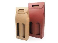 Papírové dárkové tašky na vína vyrobené z kvalitního německého papíru. Materiál je pevný a díky své konstrukci krabice vypadá elegantně a je především pohodlná i bezpečná. Vína jsou od sebe oddělena papírovou proložkou, která vznikne po otevření okének. Úchopné ucho díky papírovým zobáčkům zajistí pohodlné nošení.