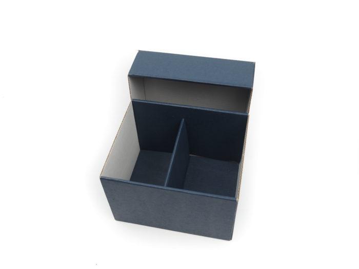 Dárková krabička na hrnečky z tmavě hnědé mikrovlny. Vyráběná na zakázku dle požadavku zákazníka. Do krabičky se vejdou dva hrnečky vedle sebe, které dělí papírová proložka ve stejné barvě.