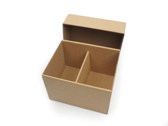 Dárková krabička na hrnečky z tmavě hnědé mikrovlny. Papírová krabička na hrneček je vyrobená na zakázku.