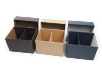 Dárkové papírové krabičky na hrnečky, vyráběné na zakázku. Krabičky jsou vyrobeny z mikrovlny v barvách přírodní hnědé, tmavě modré a čokoládově hnědé.