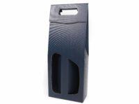 Odnosná dárková papírová krabice na vína s pohodlným uchem a velmi elegantním materiálem s luxusní strukturou. Odnosné tašky v pevném materiálu se strukturou nabízíme v černé a tmavě modré barvě.