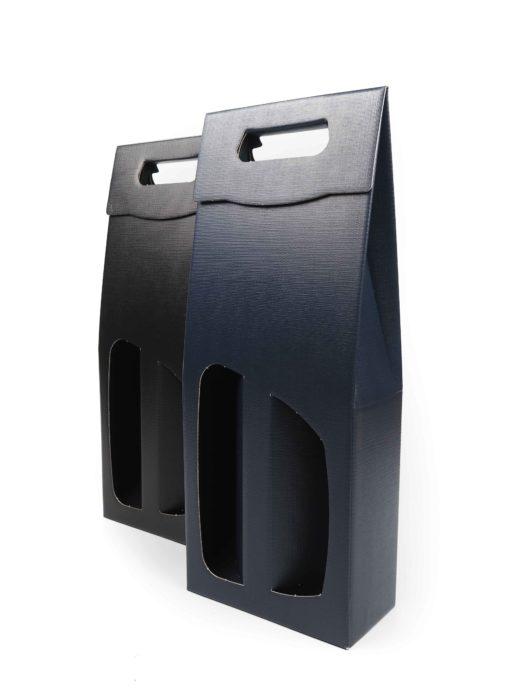 Odnosné dárkové krabice na víno z kvalitního německého materiálu. Pevný papír je s jemnou strukturou, která dárkovému balení dodává na luxusnějším vzhledu. Do odnosných tašek se vejdou 2 lahve vína, které jsou od sebe odděleny papírovou proložkou, která vznikne po otevření okének. Dalším jedinečným prvkem je úchopné ucho, které díky své konstrukci zajišťuje pohodlný odnos.