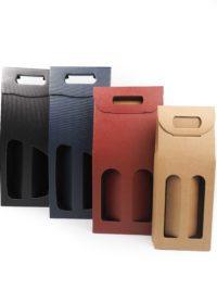 Odnosné papírové tašky na 2 láhve vína z kvalitního německého materiálu s pohodlným uchem, které je tvořeno papírovými zobáčky, které zabrání řezavému pocitu v dlaních. Krabice jsou dostupné v černé, tmavě modré, přírodní hnědé a vínově červené barvě.