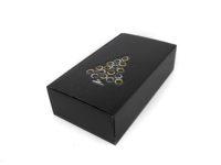 Dárková krabice na 2 vína bez proložek z kvalitního německého papíru s jemnou strukturou. Celá krabice je z černého matného materiálu s ražbou vánočního stromu na víčku.