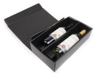 Dárková krabice na 2 vína v černé barvě z kvalitního černého papíru. Krabice má na sobě jemnou strukturu s ražbou vánočního stromu ve zlato stříbrné barvě. V krabici jsou bezpečnostní zobáčky, které udrží láhve vína na svém místě bez možnosti posunu.