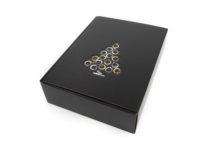 Dárková krabice na 3 vína v černé barvě s jemnou strukturou a vyraženým vánočním stromečkem ve zlato stříbrné barvě. Krabice je vyrobena z kvalitního německého papíru.
