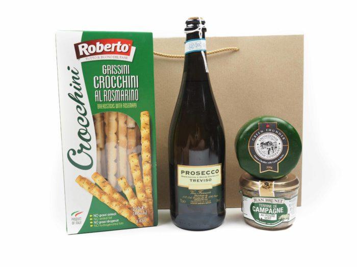 Dárková taška v sobě obsahuje italské Grissini rozmarýnek, pravé italské Prosecco, zralý sýr cheddar a terinu se zeleným pepřem- Obdarujte s chutí degustačním zážitkem, zabaleném v elegantním dárkovém balení.