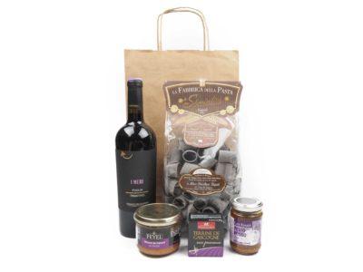 Dárková taška v sobě obsahuje italské červené víno, těstoviny s kávovým nádechem, kachní pěnu s třešňovicí, gaskoňskou terinu se sšvestkami a pesto ze sušených rajčat. Obdarujte s chutí degustačním zážitkem, zabaleném v elegantním dárkovém balení.